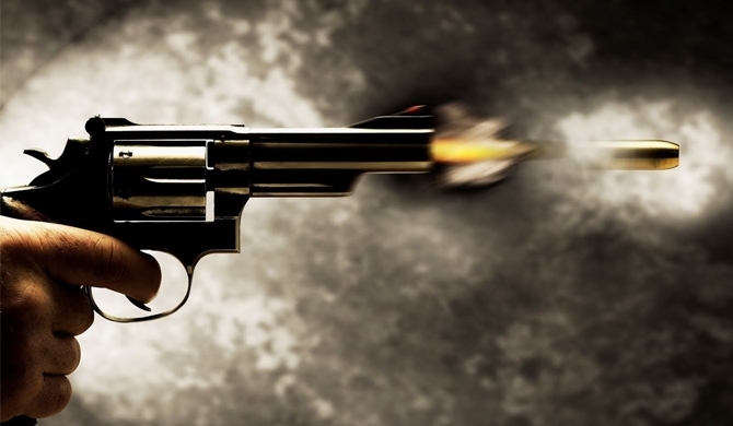 Two robbers shoot a fuel pumper