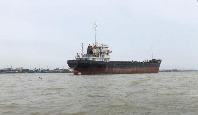 'Sri Lanka Glory' runs aground in Rumassala
